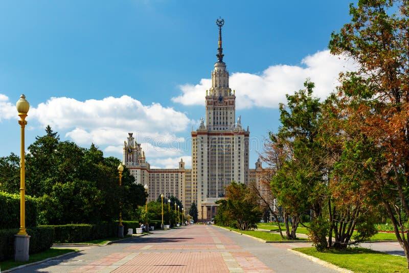 De Universiteit van de Staat van Lomonosovmoskou MSU Mening van het hoofdgebouw op Musheuvels stock foto