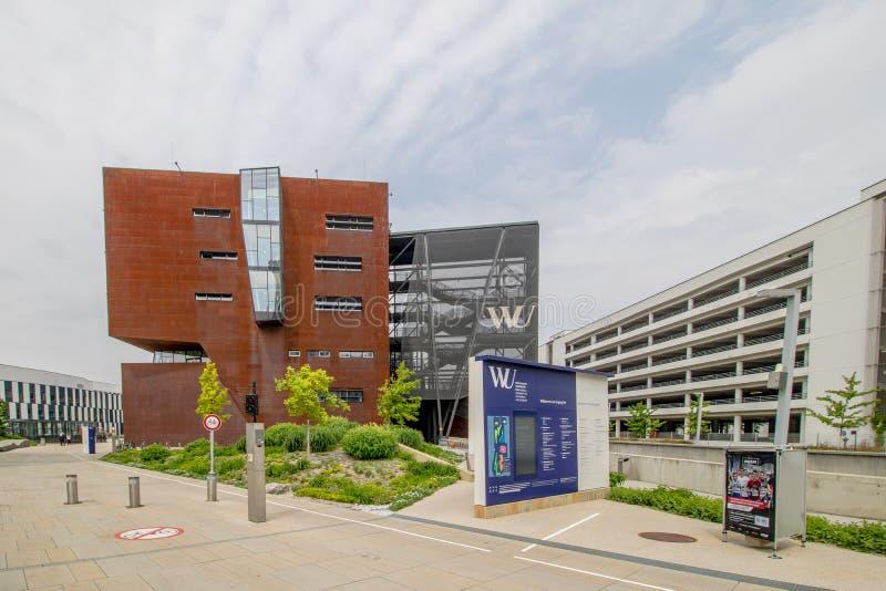 De Universiteit van Wenen van Economie en Zaken en Campus WU in de lente stock afbeelding