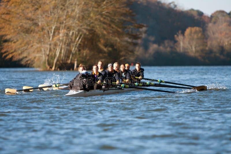 De Universiteitsbemanning Team Rows Along Atlanta River van vrouwen royalty-vrije stock fotografie