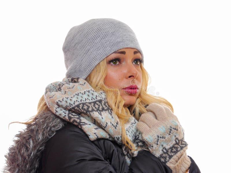 De Unsmilingsvrouw kleedde zich voor de winter royalty-vrije stock fotografie