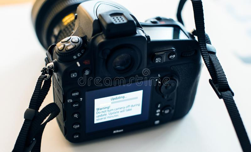 De updateingebouwde programmatuur van de Nikon Professionele DSLR camera royalty-vrije stock foto