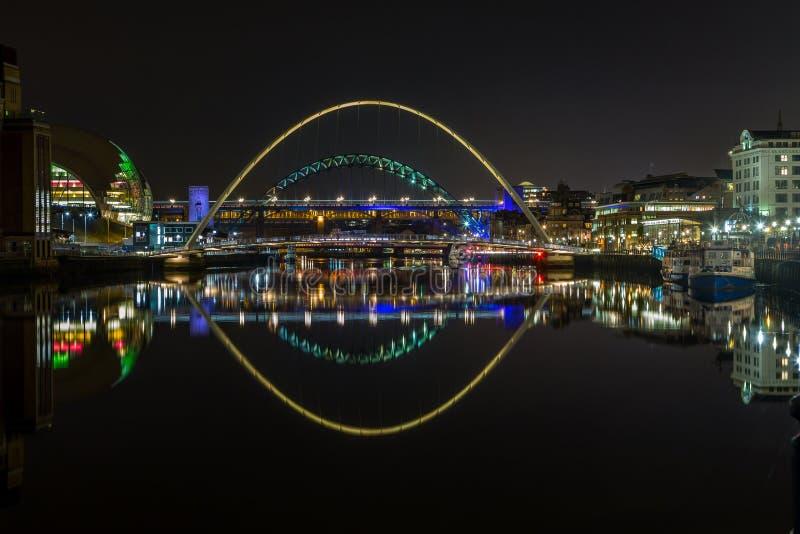 De upplysta broarna av River Tyne, Newcastle, på natten royaltyfria bilder