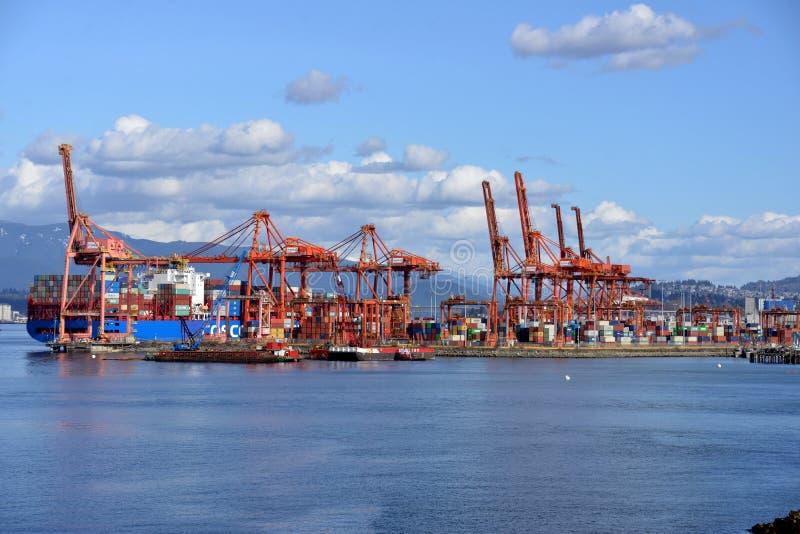 De upptagna lastterminalerna i hamnen i Vancouver, Kanada arkivbilder