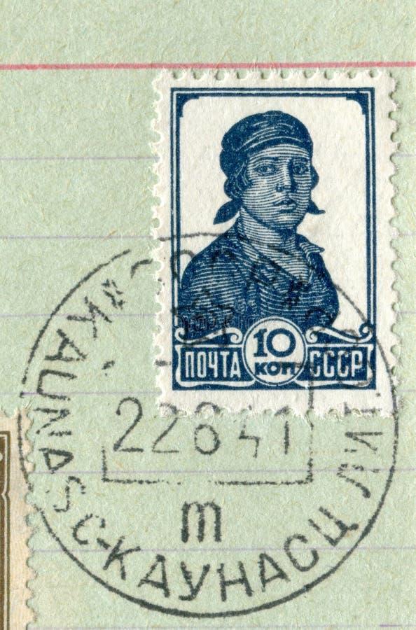 De USSR - 22 juni 1941: Sovjet historische zegel: Vrouwelijke werknemer in een kerchieft met de annulering van de eerste dag van  stock afbeelding