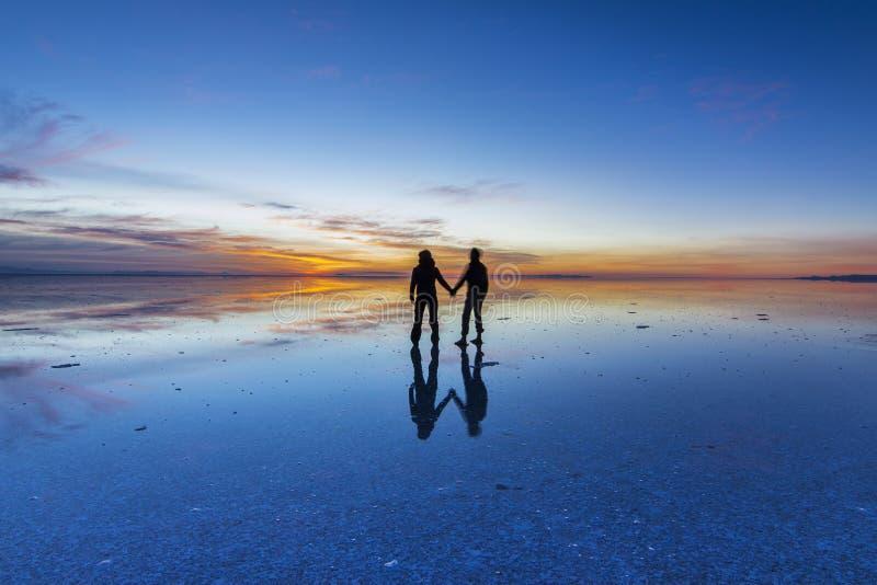 De Uyunibezinningen zijn één van de meest verbazende dingen die een fotograaf kan zien Hier kunnen wij zien hoe de zonsopgang ove royalty-vrije stock fotografie