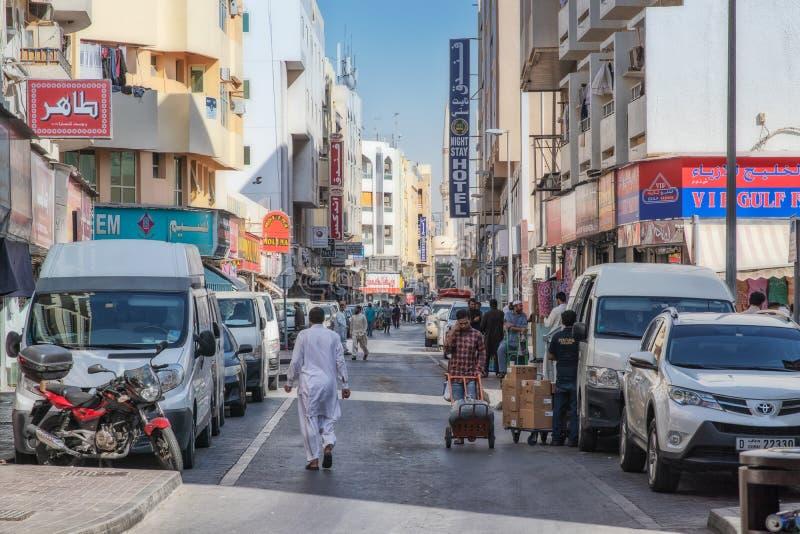 De V.A.E/DOUBAI - 20 DEZ 2018 - Straat in de beroemde markt van Doubai met tekens souk royalty-vrije stock afbeelding