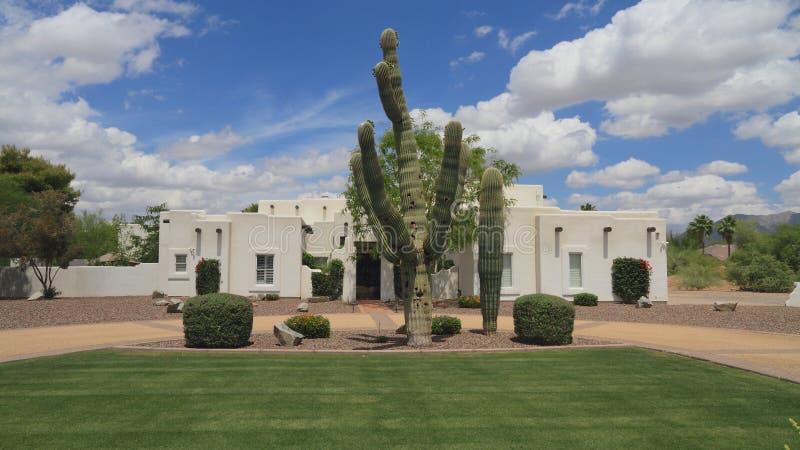 De V.S., Arizona/Phoenix: Het Huis van Adobe van de Puebloheropleving/Saguaro Front Yard stock afbeeldingen