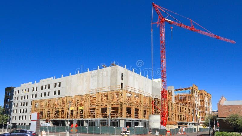 De V.S., Arizona/Tempe: Nieuw Flatgebouw met koopflats - de Bouw Shell en Kraan stock foto's