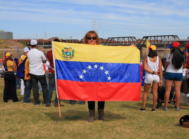 DE V.S., AZ: Verzameling voor Venezuela > Vrouw met Vlag stock foto's