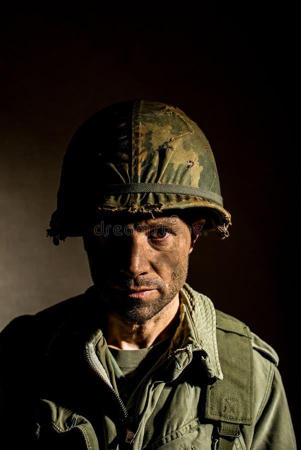 De V.S. Marine Vietnam War met gezicht in modder wordt behandeld die royalty-vrije stock foto
