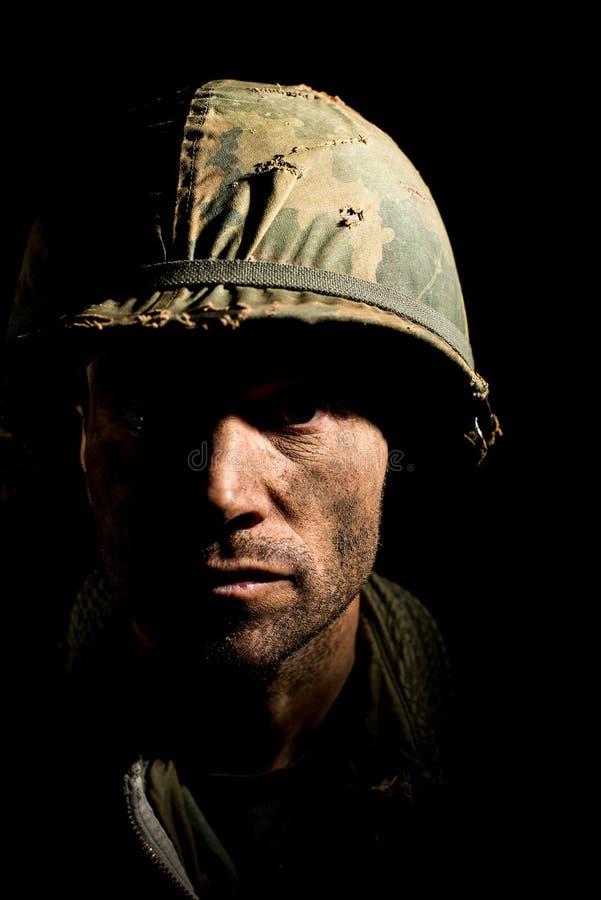 De V.S. Marine Vietnam War met gezicht in modder wordt behandeld die royalty-vrije stock foto's