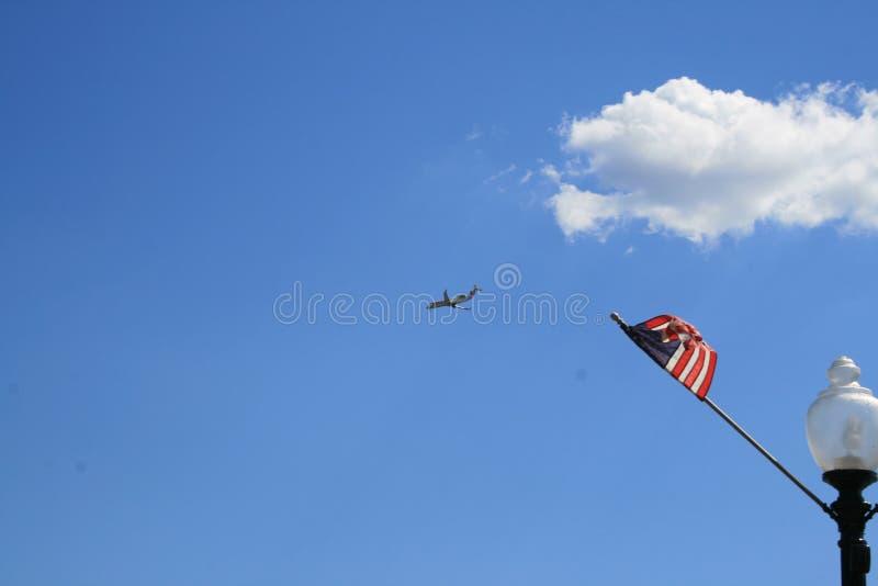 De V.S. markeren op de achtergrond van duidelijke hemel en het vliegen dichtbij de vliegtuigen vector illustratie
