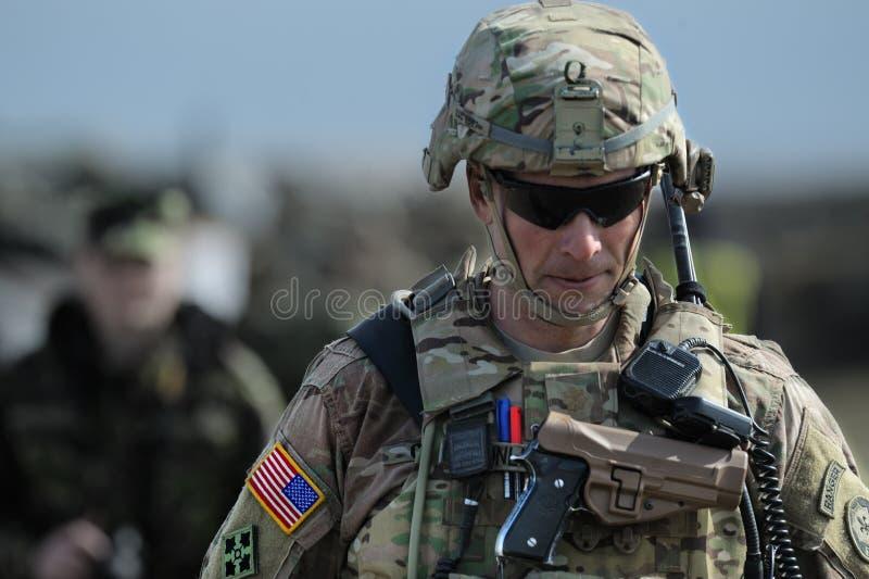 De V.S. militair in Roemeense militaire veelhoek in de de Windlente 15 van oefeningssmardan in Galati, Roemenië, stock fotografie