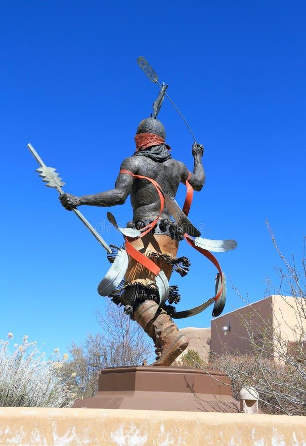De V.S., New Mexico/Santa Fe: Beeldhouwwerk op Museumheuvel - Apache-de Danser van de Berggeest royalty-vrije stock afbeeldingen