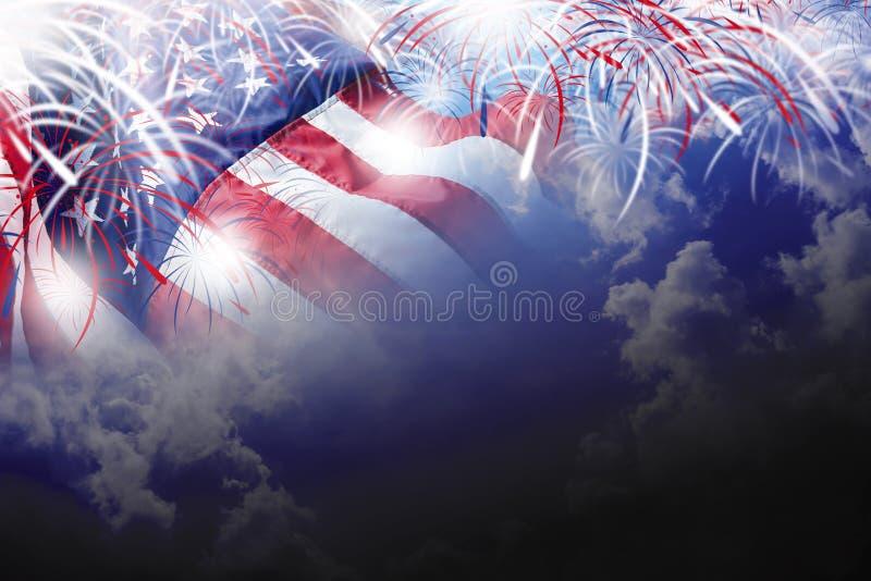 De V.S. vierde van juli-de achtergrond van de onafhankelijkheidsdag van Amerikaanse vlag met vuurwerk op blauwe hemel stock foto