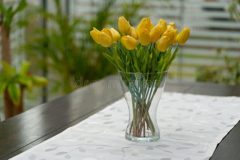 de vaas met gele tulpen is op de lijst royalty-vrije stock afbeelding