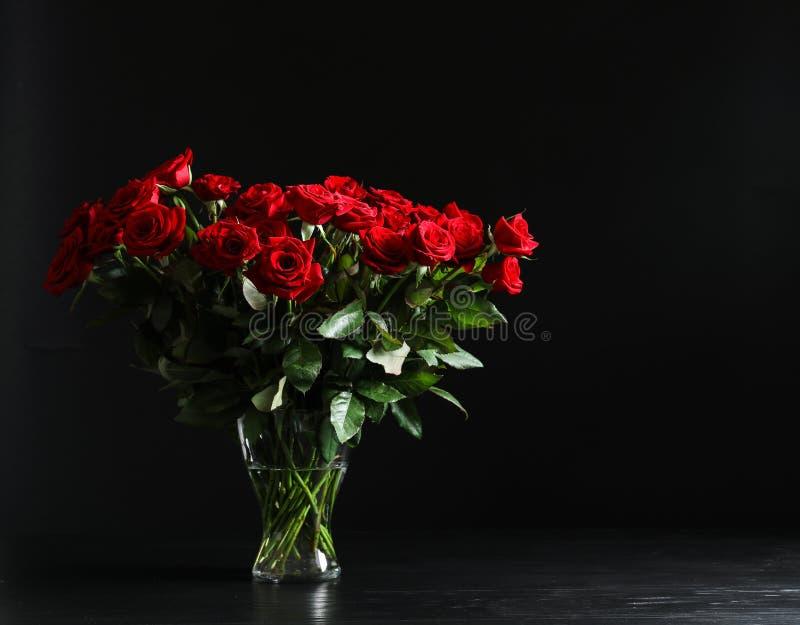 De vaas met mooie rood nam bloemen toe royalty-vrije stock foto