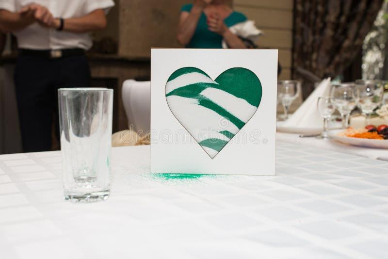 De vaas van de zandceremonie in een huwelijk met gekleurd zand die samen worden gemengd Het mengen van het zand bij huwelijkscere stock foto