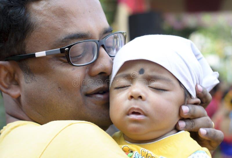 De vader die babyjongen het tonen houden elke dag is Vaderdag royalty-vrije stock afbeeldingen