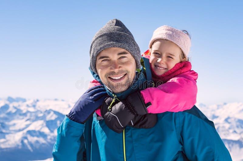 De vader en de dochter genieten van de sneeuw royalty-vrije stock fotografie