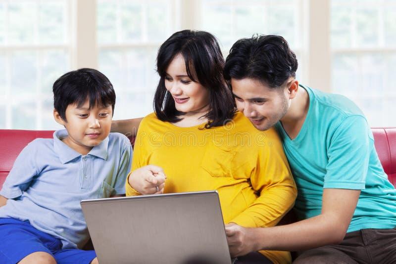 De vader en de moeder onderwijzen haar zoon stock afbeeldingen