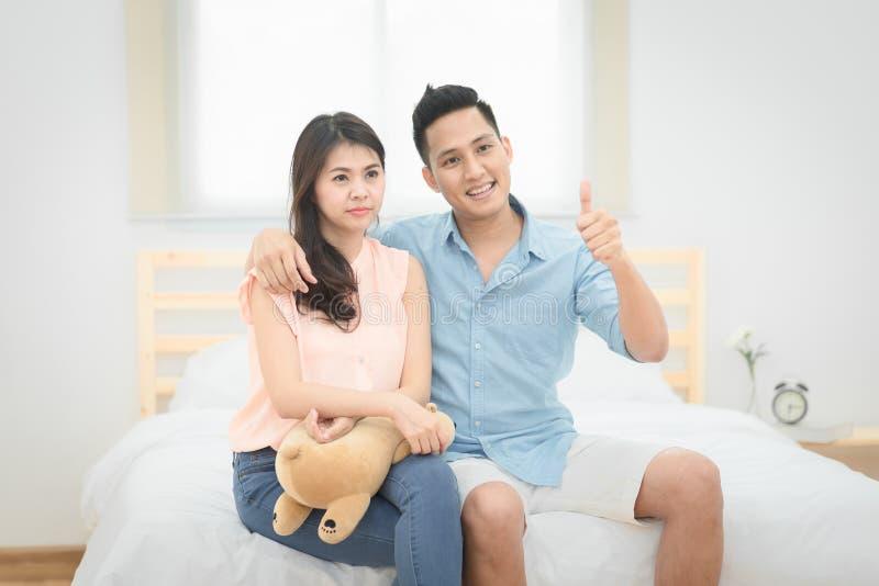 De vader en de moeder tonen duim tot dochterkind royalty-vrije stock fotografie