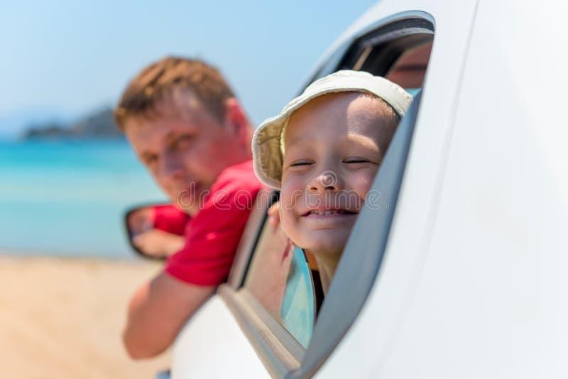 De vader en de zoon kijken uit auto royalty-vrije stock fotografie