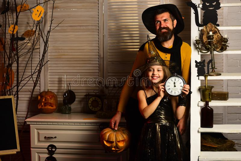De vader en het meisje met wekker wachten op Halloween die spoedig komen Het meisje en de vader kleedden zich omhoog voor Hallowe royalty-vrije stock fotografie