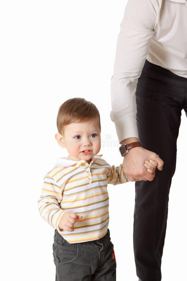 De vader en zijn kleine zoon die samen spelen stock foto