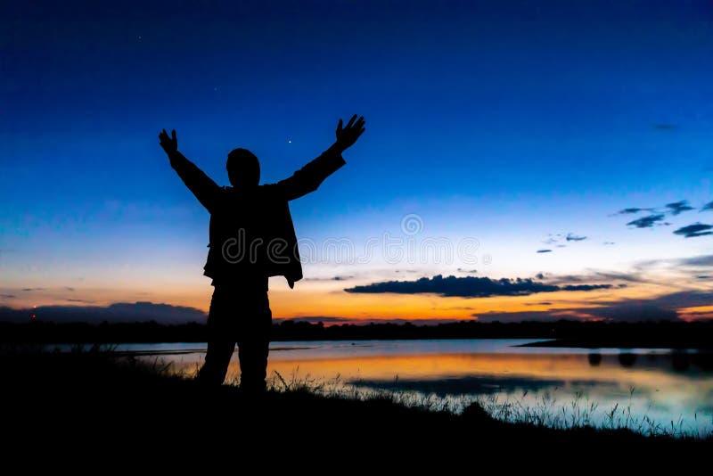 De vader en de zoon spelen op het meer bij zonsondergang De mensen hebben pret op het gebied Familie Vriendschappelijke Concept e royalty-vrije stock afbeelding