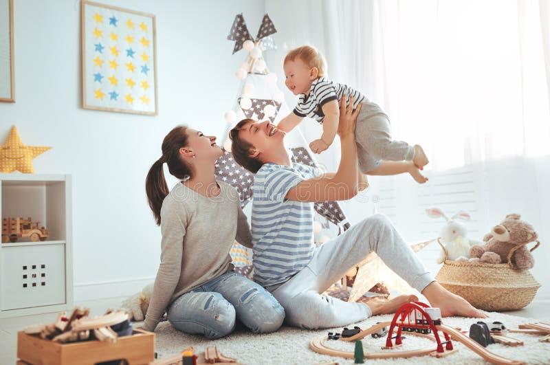 De vader en de zoons het spelen van de familiemoeder samen in kinderen ` s pl stock foto