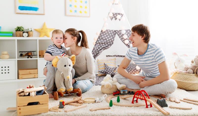 De vader en de zoons het spelen van de familiemoeder samen in kinderen ` s pl royalty-vrije stock fotografie