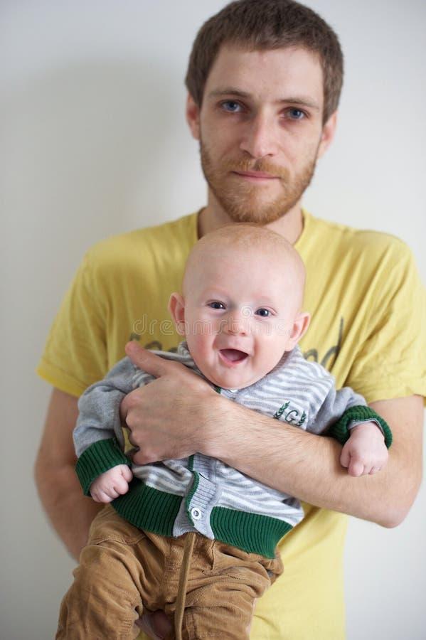 De vader houdt een baby stock fotografie