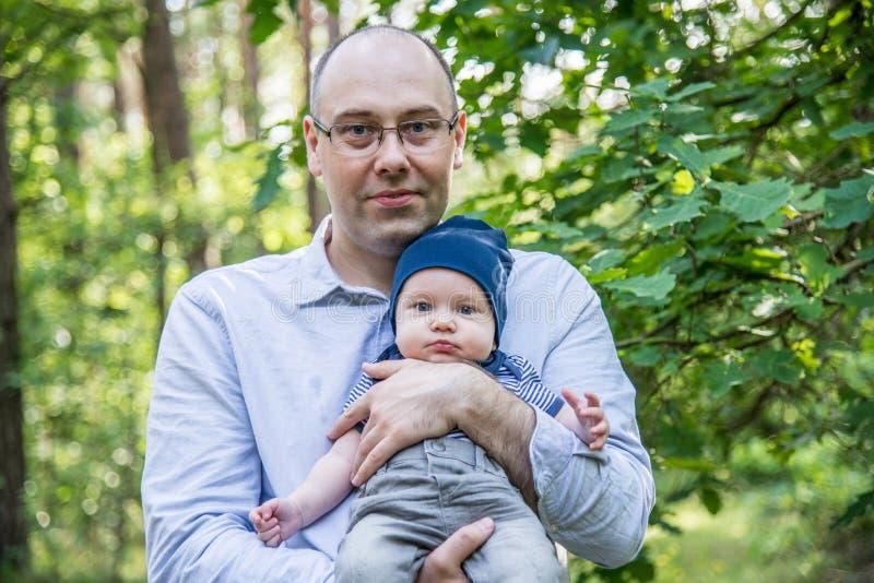 De vader houdt zijn zoon royalty-vrije stock foto