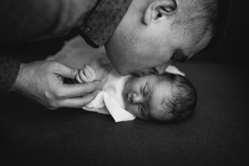 De vader kust haar weinig babygirl stock foto's