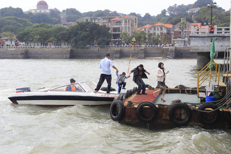 De vader nam de hand van zijn zoon van de Motorboot aan kust royalty-vrije stock fotografie