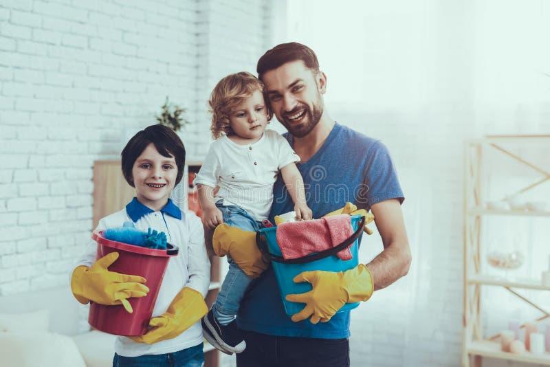 De vader onderwijst Zonen het Schoonmaken royalty-vrije stock fotografie