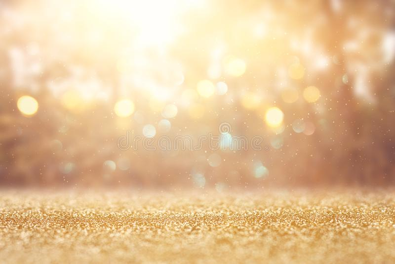 De vage abstracte foto van licht barstte onder bomen en schittert gouden bokehlichten stock afbeeldingen