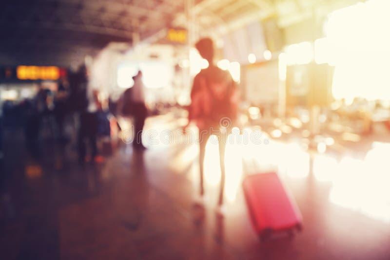 De vage achtergrond, luchthavenmensen is toeristen die op het landen op vlucht van vliegtuigen wachten stock afbeeldingen