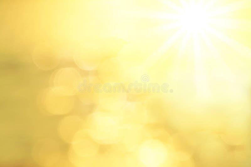 De vage Achtergrond met gouden lens flakkert een zon royalty-vrije stock afbeeldingen