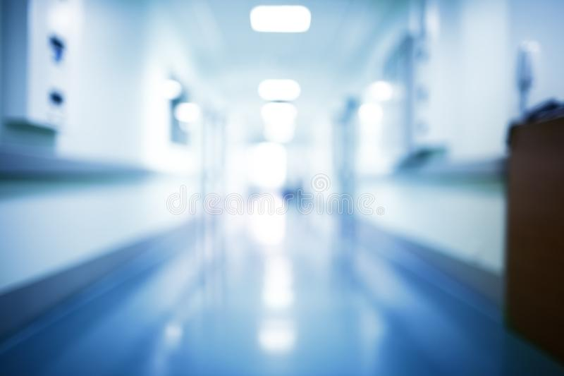 De vage gang van de het ziekenhuiseinden in helder licht, unfocused stock fotografie
