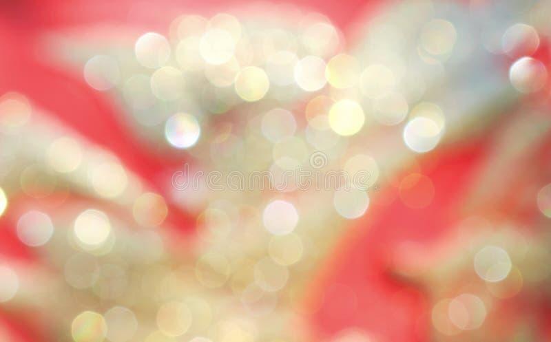 De vage gouden of gele bokehgloed fonkelen op kleurrijke roze abstracte patronen voor achtergrond stock foto