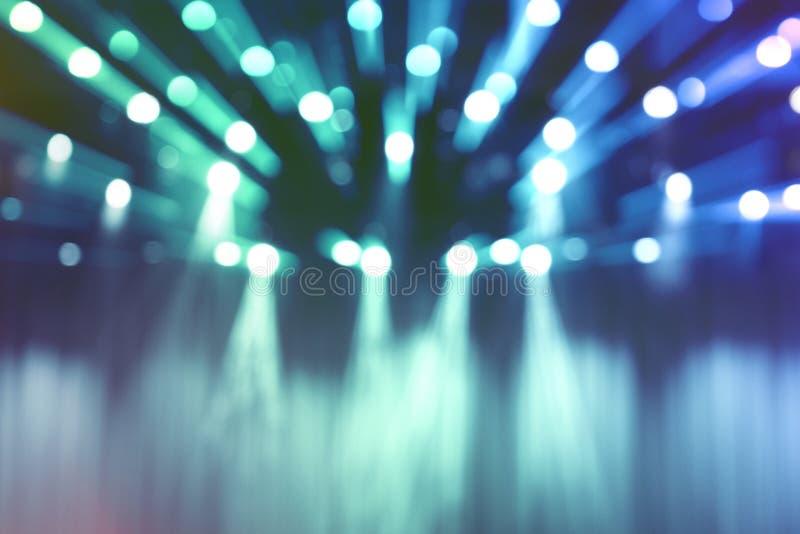 De vage lichten op stadium, vatten blauw schijnwerperoverleg samen stock foto