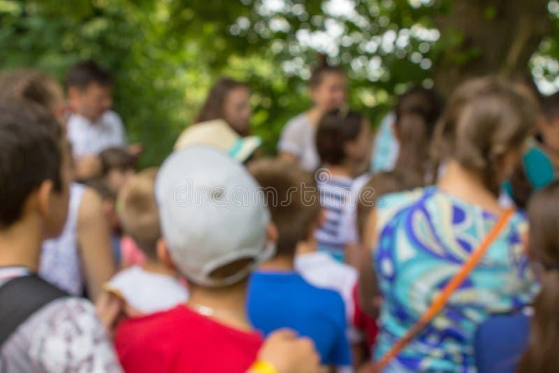 De vage menigten van kinderen, het kamp van kinderen in de zomer, kinderen van schoolleeftijd in het kamp zijn vage achtergrond stock foto's