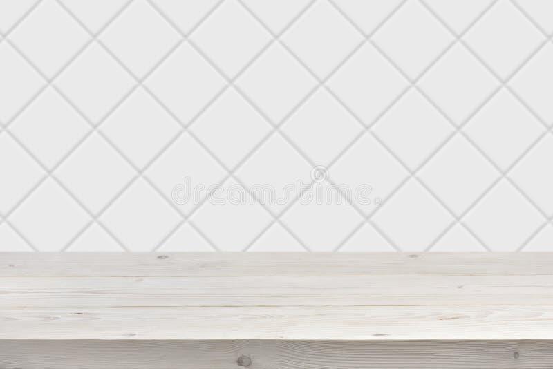 De vage witte achtergrond van de tegelmuur met houten planken vooraan stock fotografie