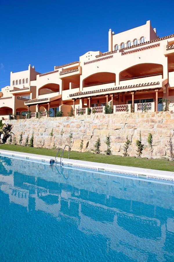 De vakantie of de vakantieflats van de luxe op urbanisatie royalty-vrije stock afbeelding