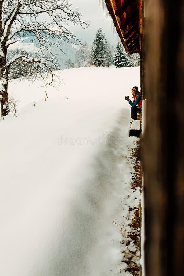 De vakantie openluchtpersoon van de de wintervakantie het drinken thee royalty-vrije stock afbeelding