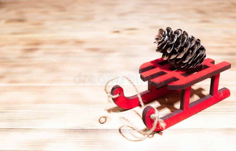 De vakantie, stelt voor, nieuw jaar en vieringsconcept - sluit omhoog van giftvakjes met lege nota over rode houten ar over royalty-vrije stock foto