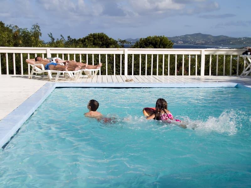 De Vakantie van de familie door Pool stock fotografie