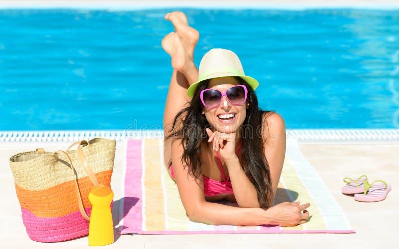 De vakantie van de pretzomer bij pool royalty-vrije stock foto